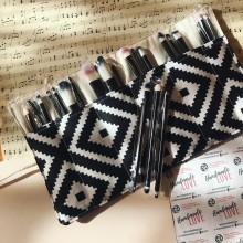 Комплект за грим в черно и бяло с органайзер и комплект четки за грим