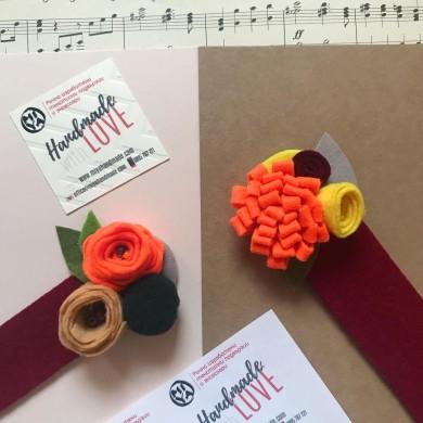 Книгоразделите с цветя от филц ръчна изработка с оранжеви акценти