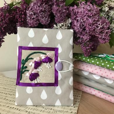 Дизайнерска подвързия за книга с лилави фуксии бродирани със сатенени панделки