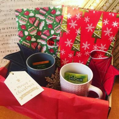 Коледен комплект за двама с аксесоари за книга, подложки, чаши, коледна играчка и изненади
