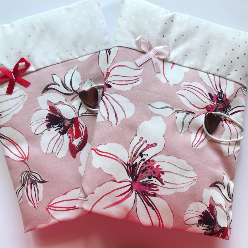 Ръчно изработена подвързия за книга от сатениран памук на цветя в съчетание със златни точки и панделка
